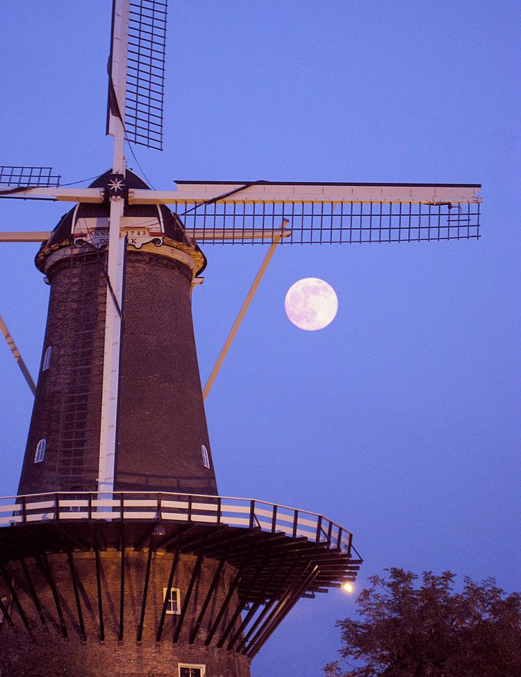 Full moon windmill