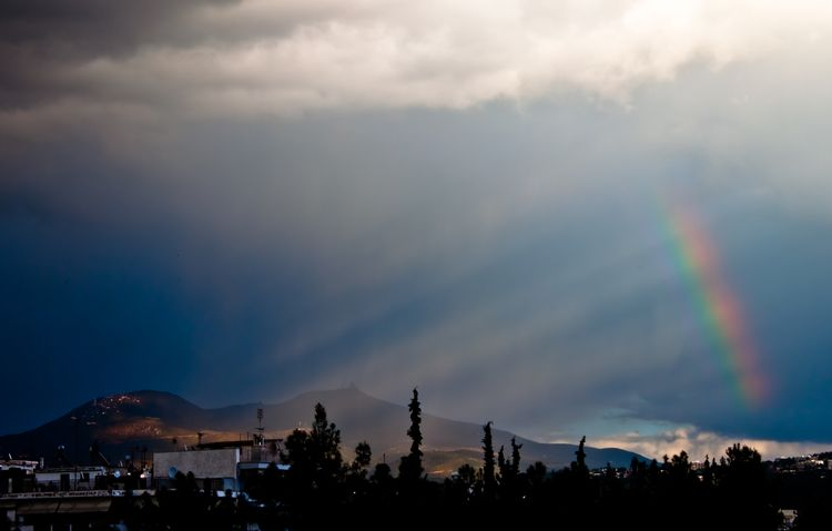 Crepuscular rays and rainbow